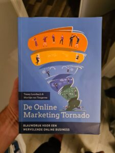 Op deze foto zie je het boek De Online Marketing Tornado van IMU