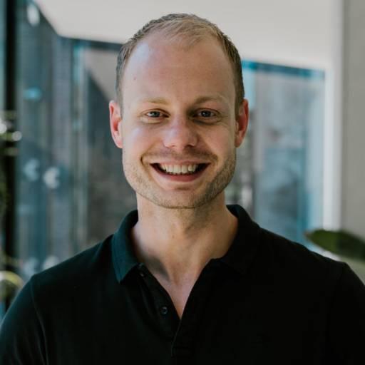 Op deze foto zie je Tonny Loorbach , 1 van de oprichters van Plug & Pay
