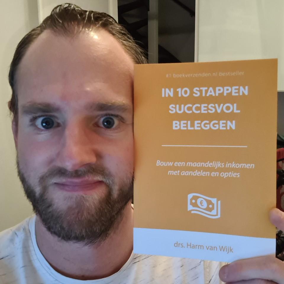 Op deze foto zie je Mezelf met het boek In 10 stappen succesvol beleggen