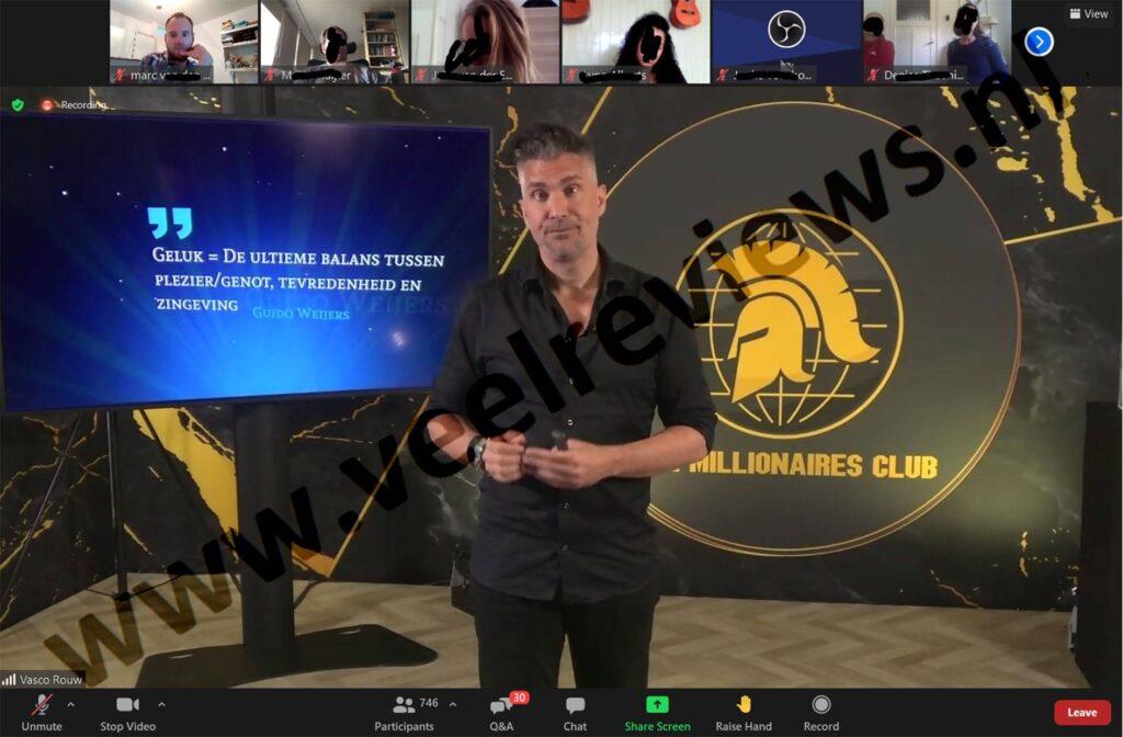 Op deze foto zie je Guido Weijers die een live evenement doet van de The Millionaires Club