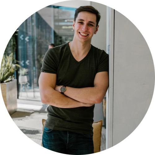 Op deze foto zie je Martijn van Tongeren, 1 van de oprichters van Plug & Pay