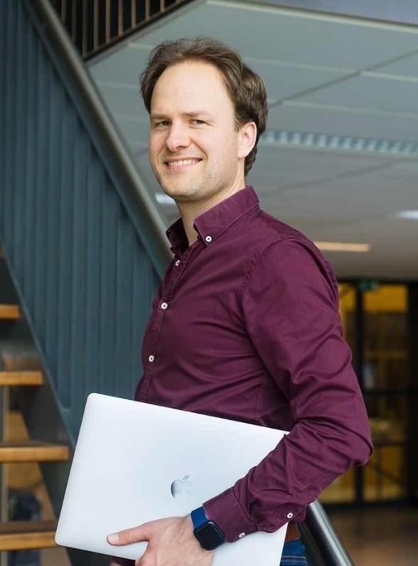 Op deze foto zie je Hans van der Klok, de oprichter van het programma Maak een online training en verdien een passief inkomen!